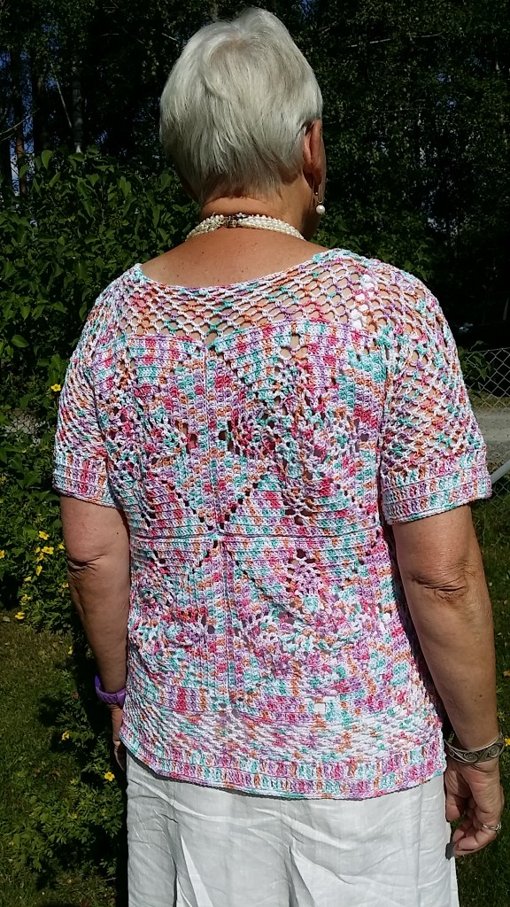 Virkad topp frihandsvirkning / crochet short sleeved top made of large granny squares